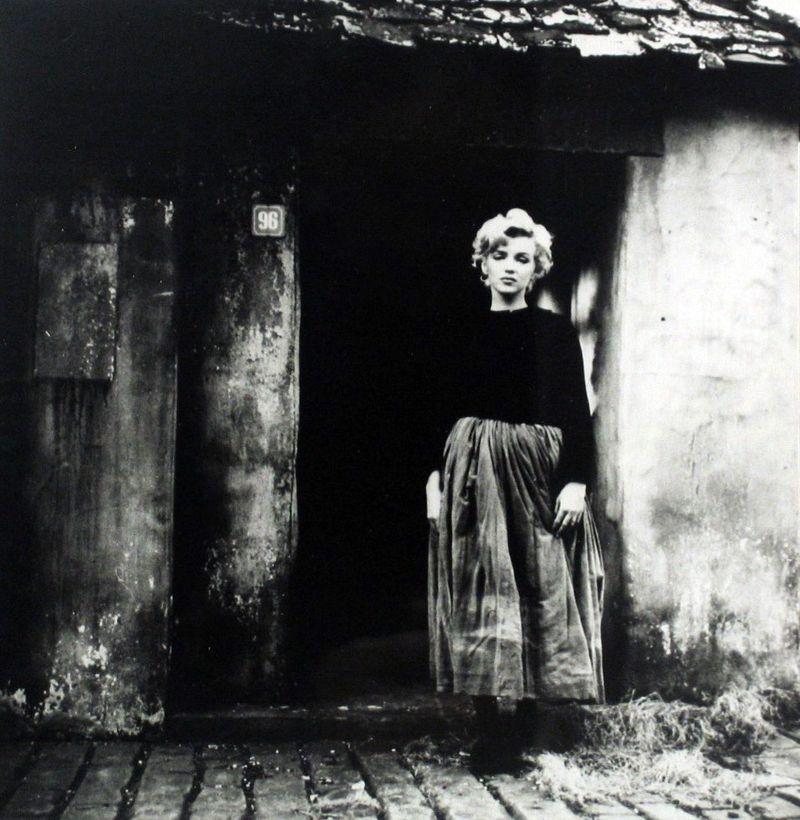 Marilyn-monroe-peasant-sitting-1956-shot-by-milton-h-greene-2