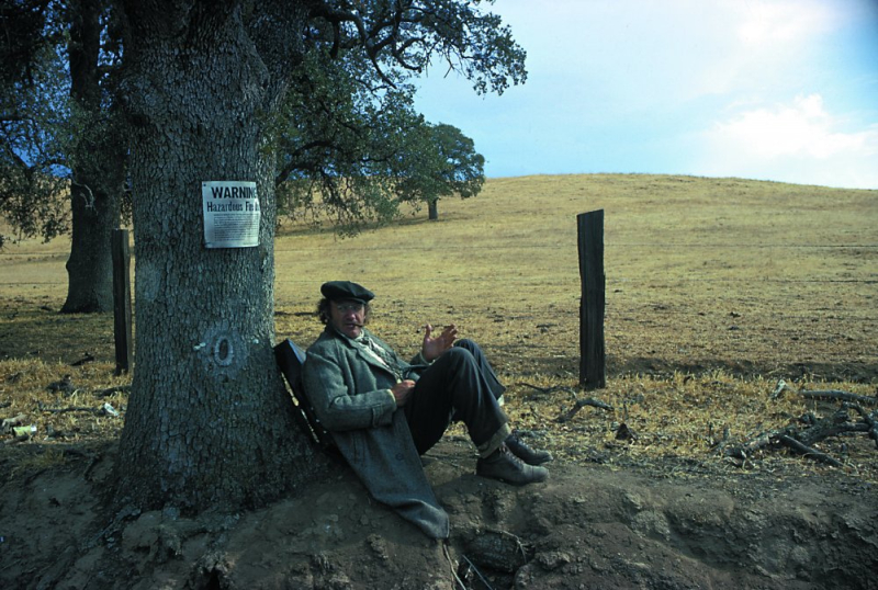 Scarecrow-1973-002-gene-hackman-resting-against-tree