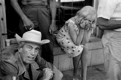 Misfits-the-1961-007-john-huston-marilyn-monroe-on-set